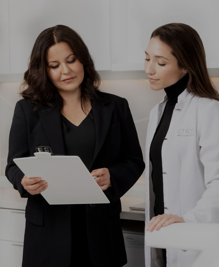Two professionals of Clinique Chloé discussing a file