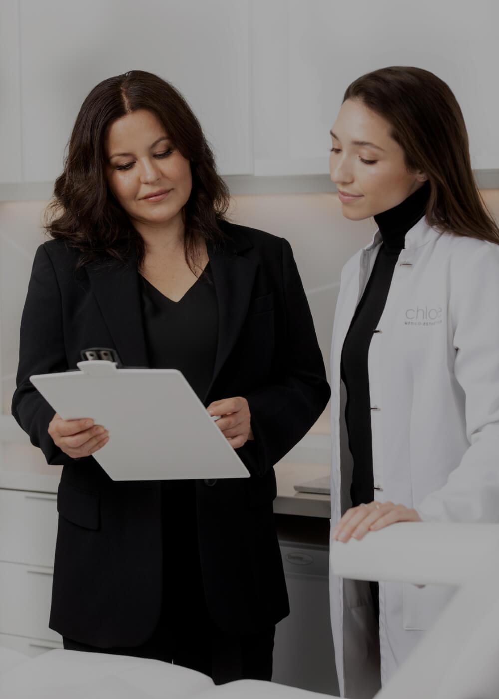 Deux professionnels de la Clinique Chloé discutant d'un dossier