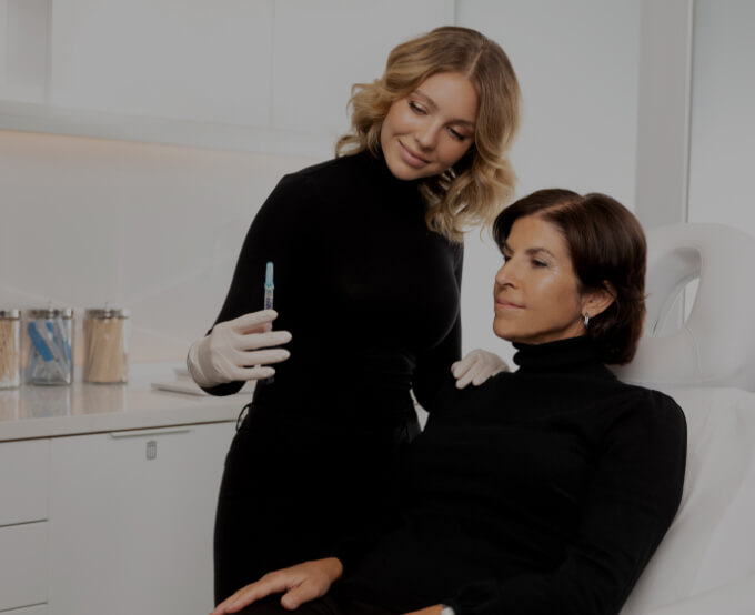 Une infirmière injectrice de la Clinique Chloé discutant avec sa patiente assise sur la chaise de traitement