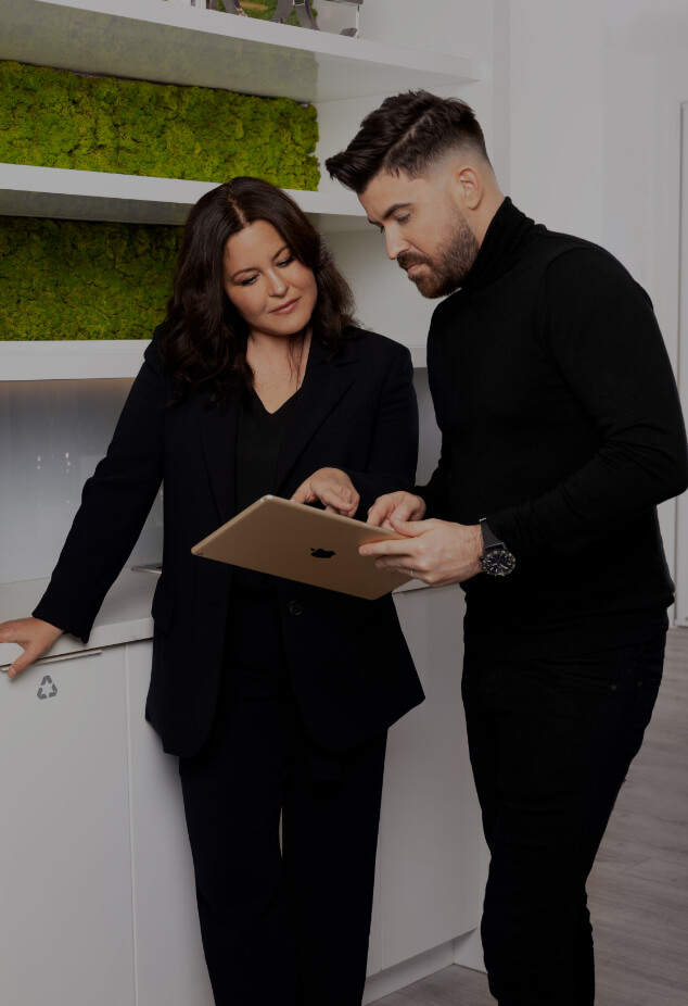 Maxime Surprenant, director of Clinique Chloé, discussing with the coordinator, the two pointing at a tablet