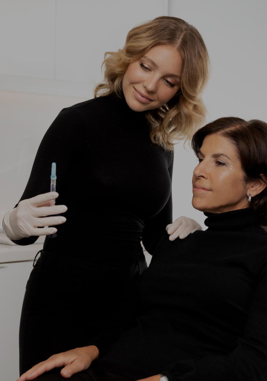L'infirmière injectrice Amélie Castonguay écoutant sa patiente avant un traitement d'agents de comblement