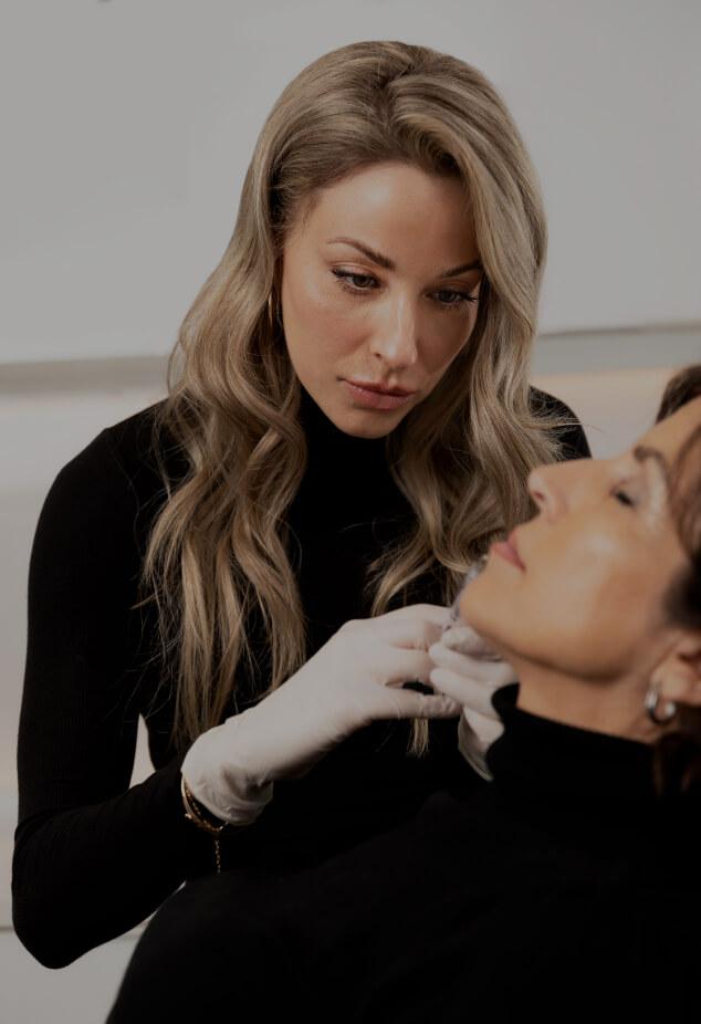 L'infirmière injectrice Anabel St-Onge effectuant un traitement d'augmentation des lèvres sur une patiente