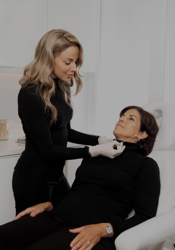 L'infirmière injectrice Anabel St-Onge préparant une seringue d'agent de comblement avant un traitement sur sa patiente