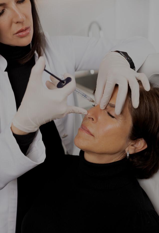 Dre Chloé Sylvestre effectuant des injections d'agents de comblement sur une patiente