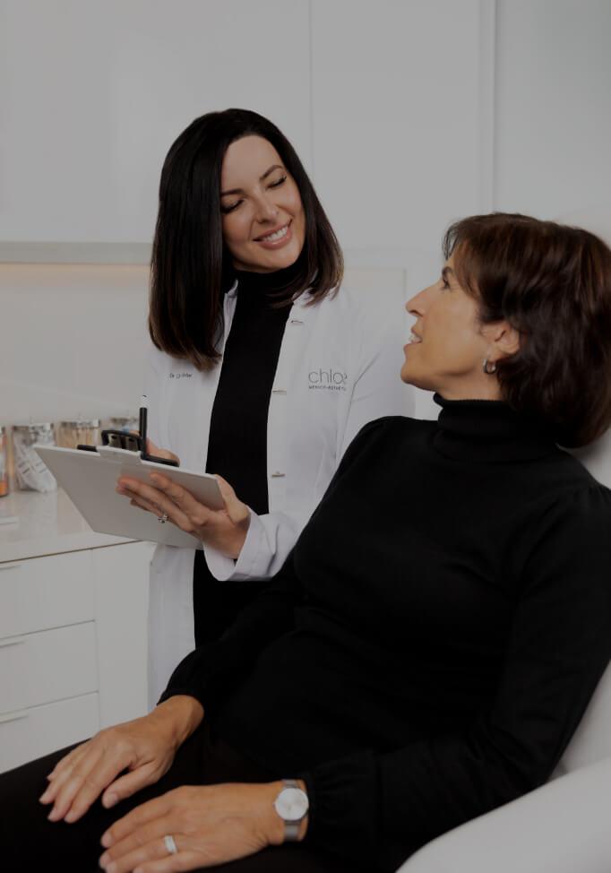 Dre Chloé Sylvestre se préparant pour des injections de neuromodulateurs dans le front d'une patiente