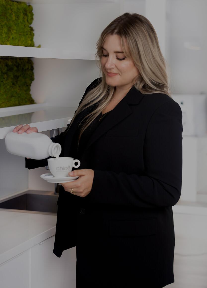 La réceptionniste médicale Karine Leduc préparant un café pour un patient dans la salle d'attente de la Clinique Chloé
