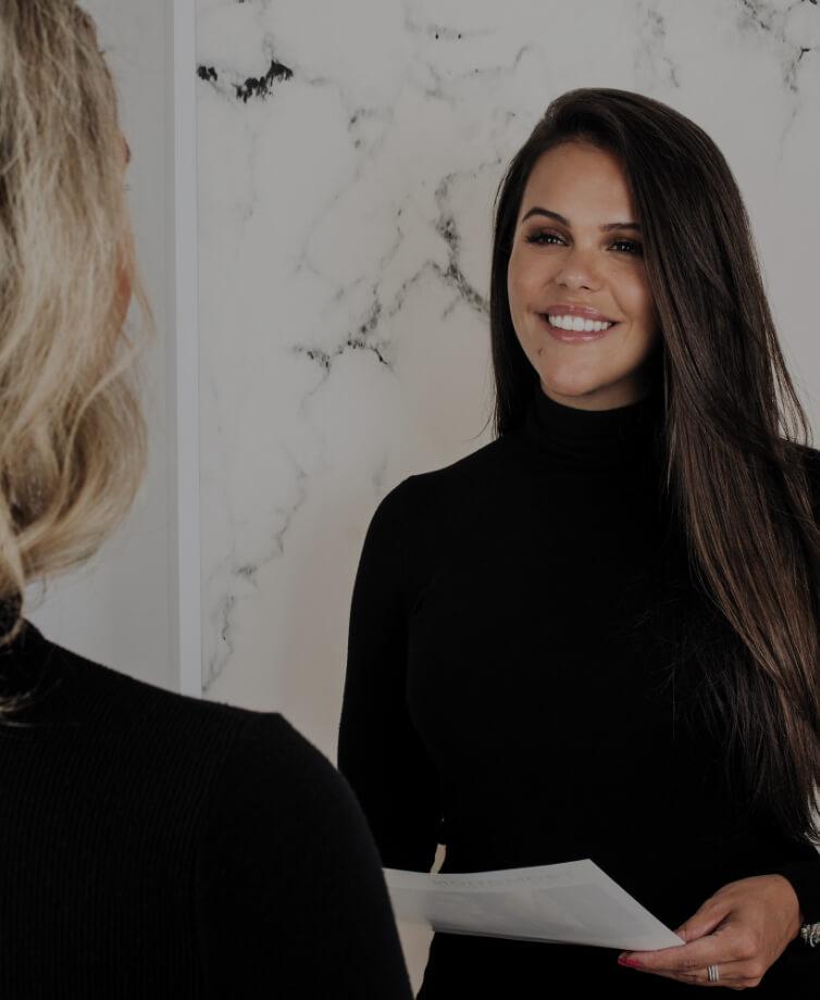 La directrice marketing Marie-Josée Faucher partageant les détails d'une nouvelle promotion avec un membre de l'équipe