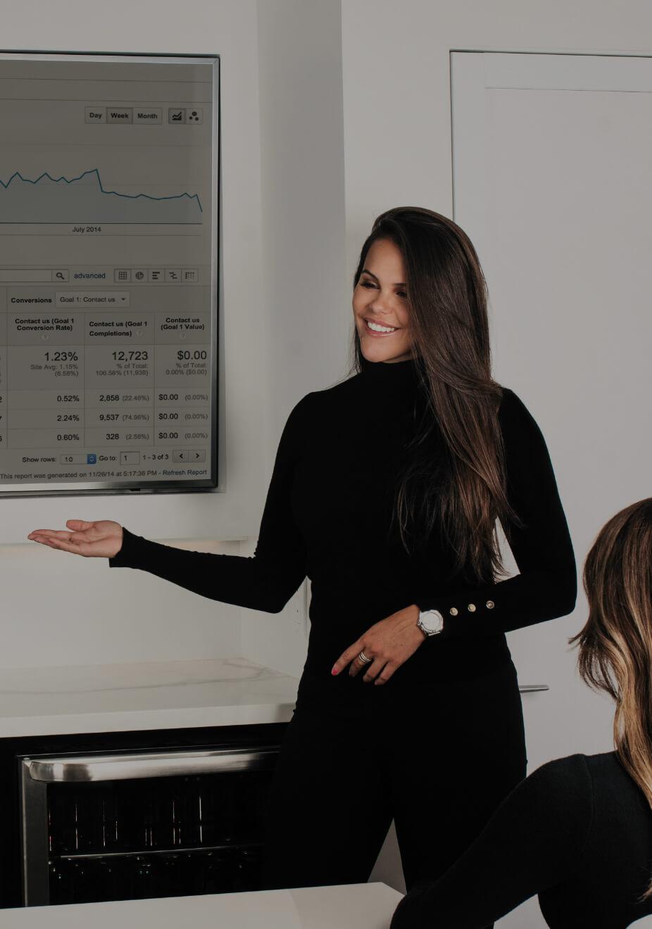 La directrice marketing Marie-Josée Faucher assise à un bureau analysant des données de performance web sur un écran