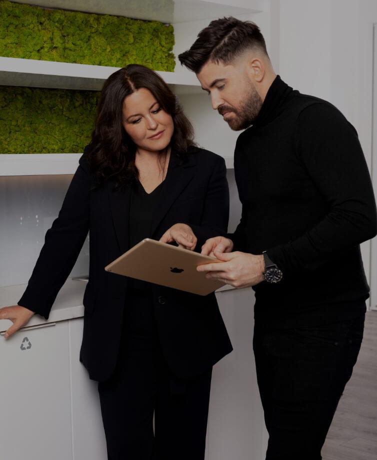 Maxime Surprenant, directeur de la Clinique Chloé, discutant avec la coordonnatrice, les deux pointant une tablette