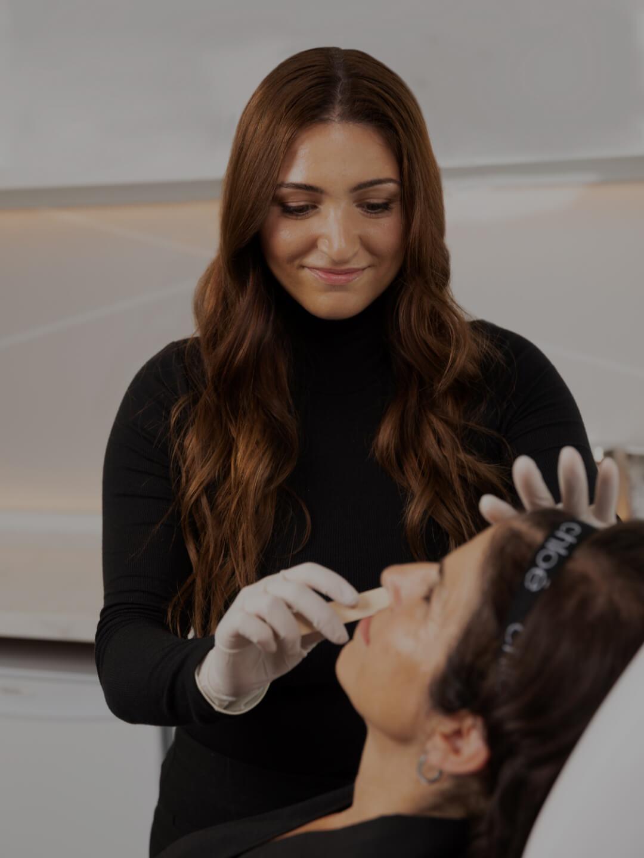 La technicienne médico-esthétique Sonia D'Antico appliquant du gel sur le visage de sa patiente avant un traitement ipl