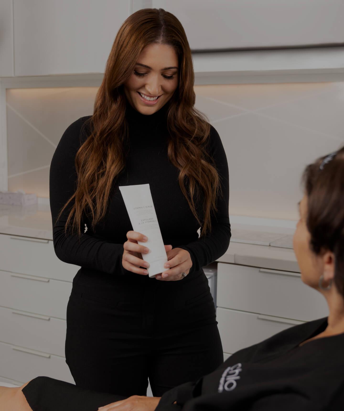 La technicienne médico-esthétique Sonia D'Antico conseillant sa patiente sur les bons produits pour la peau à utiliser