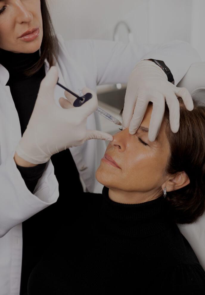 Dre Chloé Sylvestre effectuant des injections d'agents de comblement sur le nez d'une patiente