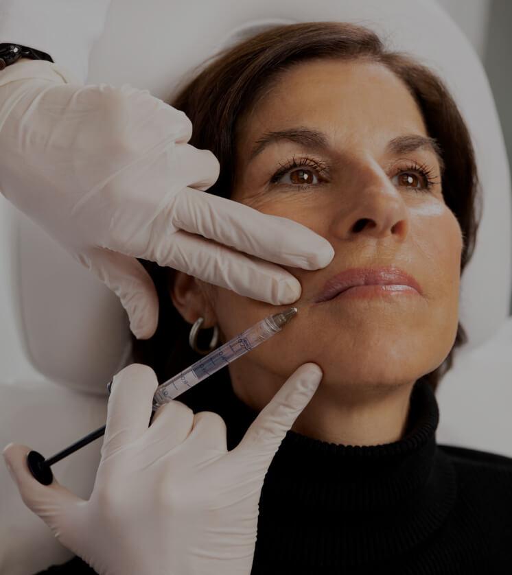 Dre Chloé Sylvestre effectuant des injections d'agents de comblement dans les lèvres d'une patiente