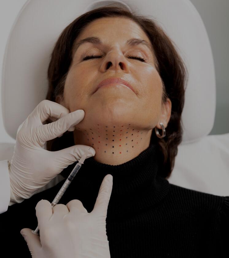 Un médecin de la Clinique Chloé effectuant des injections de Belkyra dans le double menton d'une patiente