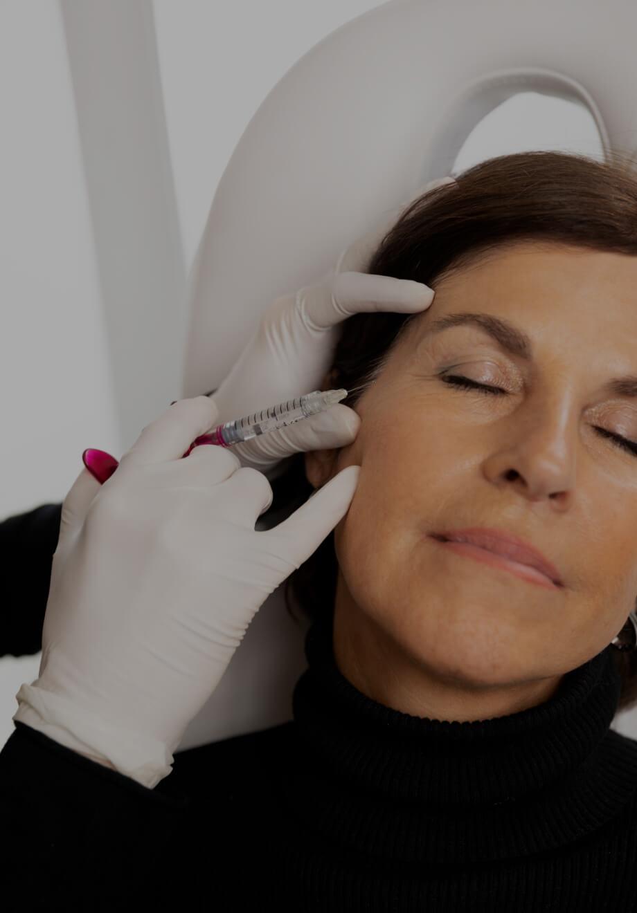 Un médecin de la Clinique Chloé effectuant un traitement de mésothérapie sur le visage d'une patiente