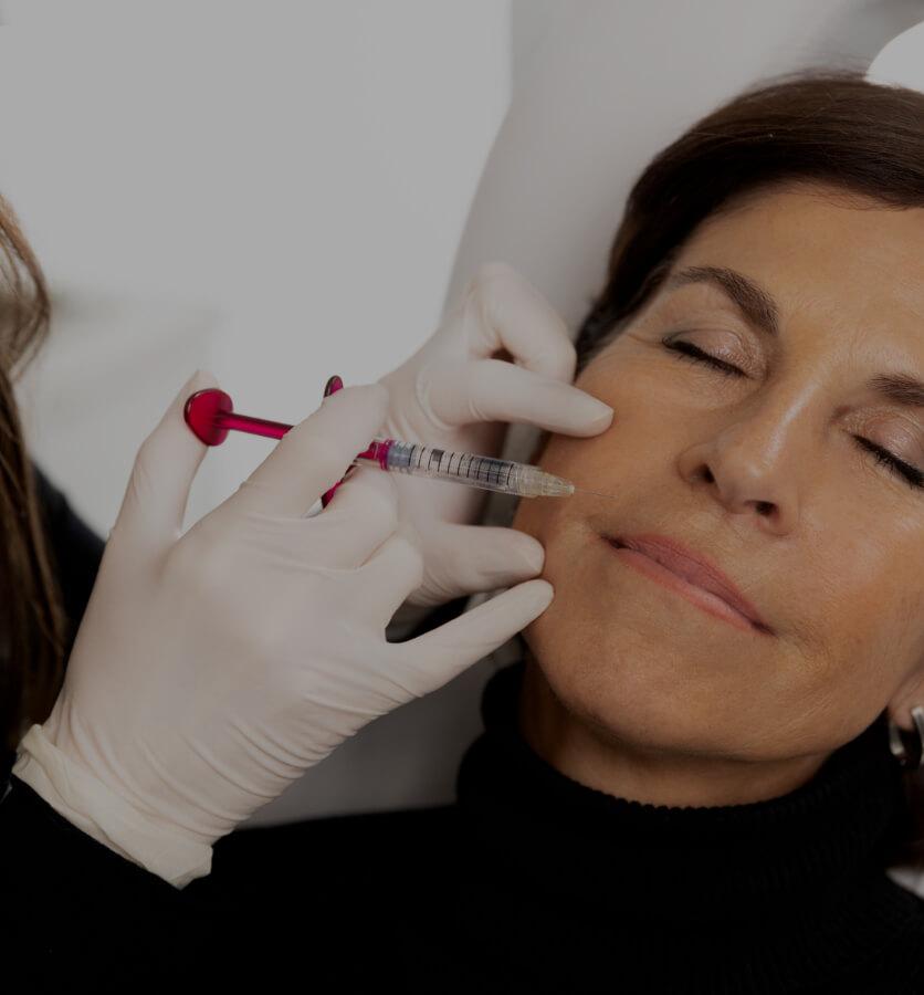 Un médecin de la Clinique Chloé effectuant un traitement de mésothérapie pour atténuer les sillons nasogéniens d'une patiente