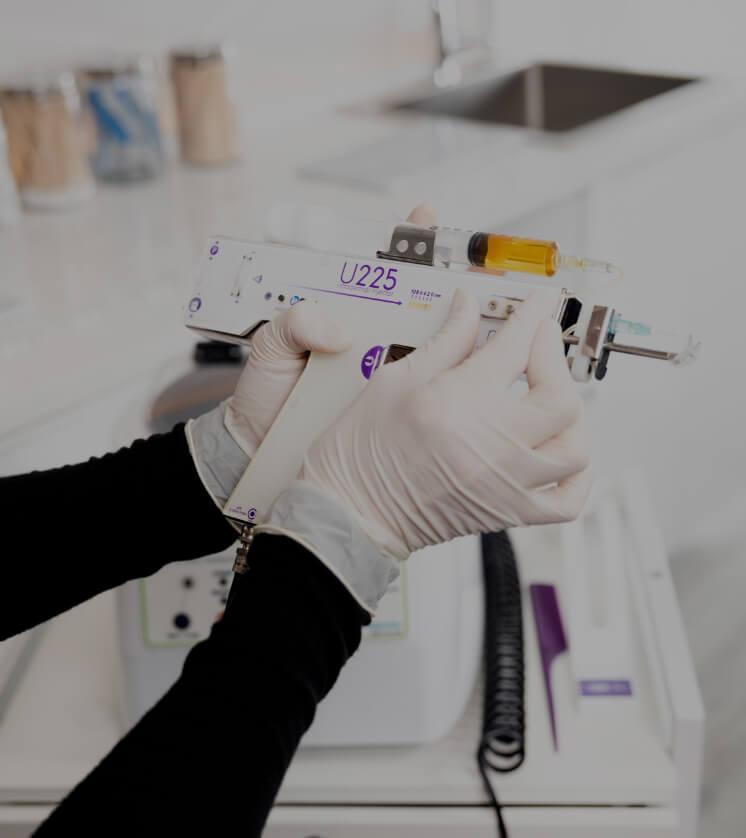 Une infirmière de la Clinique Chloé préparant le pistolet utilisé lors d'un traitement de plasma riche en plaquettes