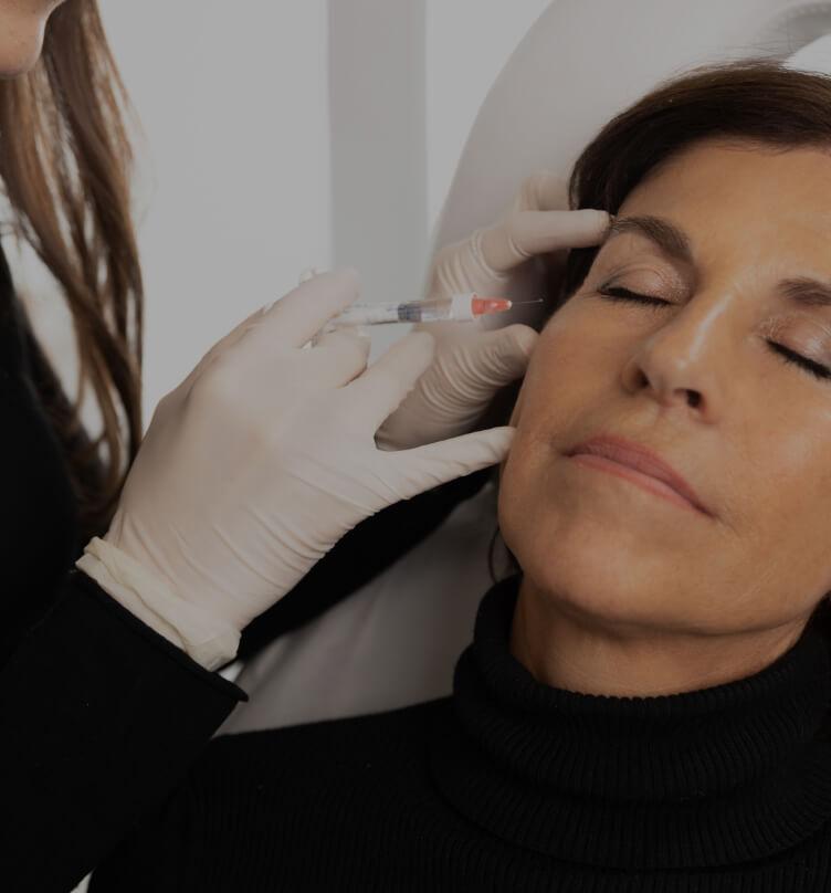 Un médecin de la Clinique Chloé pratiquant des injections de Skinboosters dans le visage d'une patiente