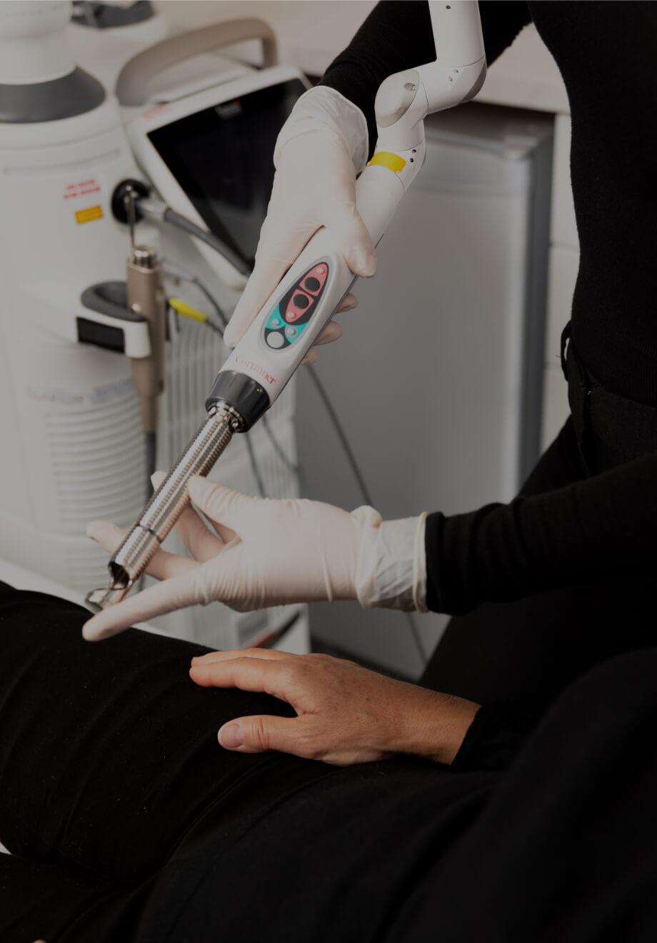 Une infirmière de la Clinique Chloé expliquant le fonctionnement du traitement laser IncontiLase de Fotona