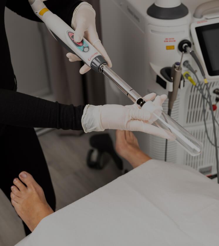 Une infirmière de la Clinique Chloé s'apprêtant à utiliser la pièce à main laser IncontiLase de Fotona pour un traitement