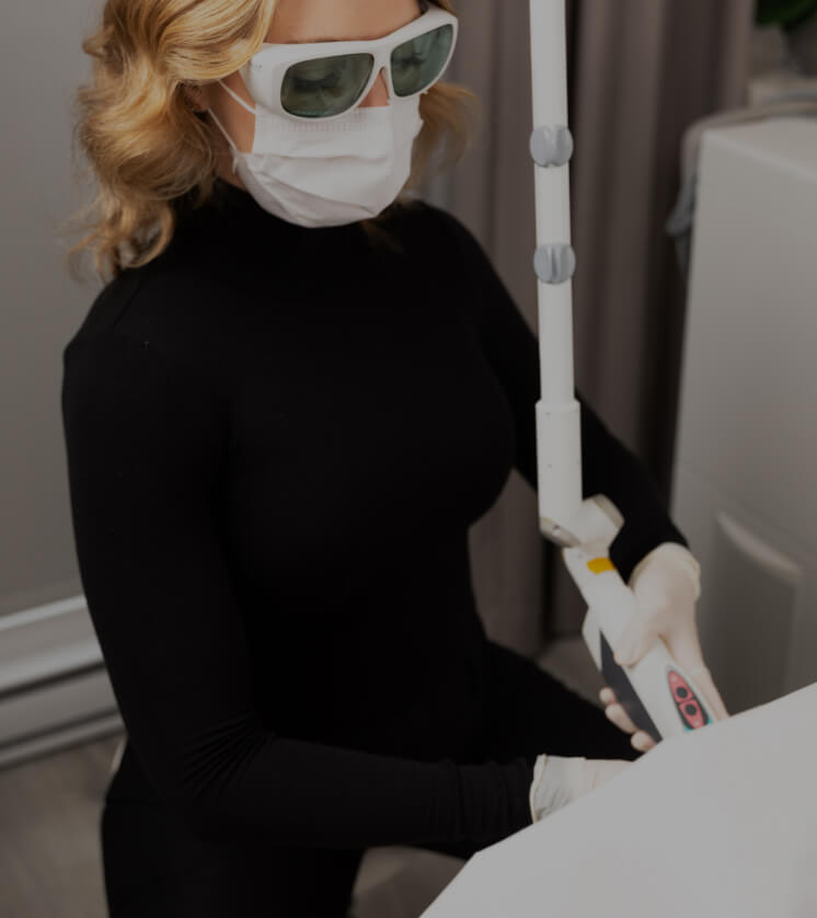 Une infirmière de la Clinique Chloé traitant une patiente avec le laser IncontiLase de Fotona pour l'incontinence urinaire