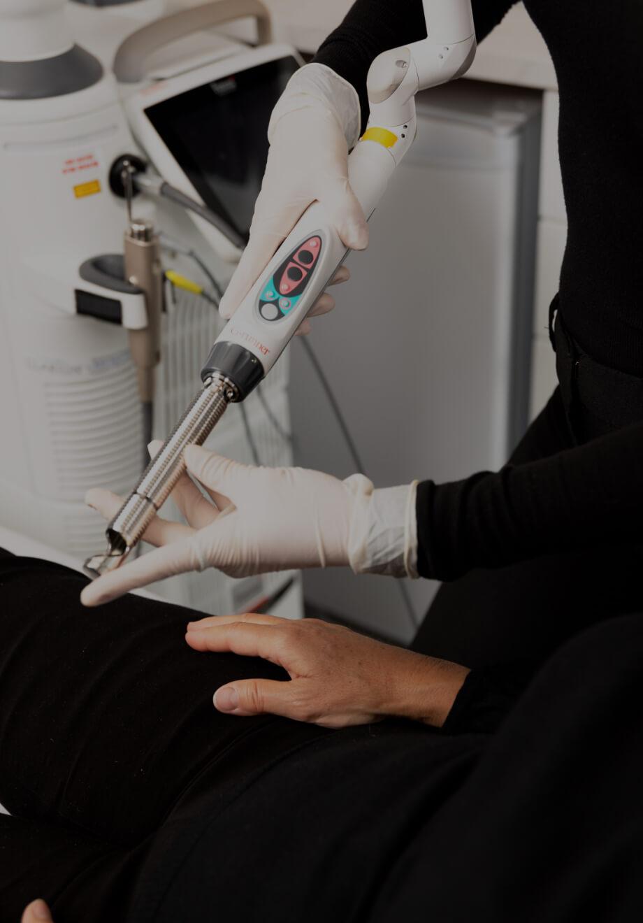 Une infirmière de la Clinique Chloé démontrant l'embout IntimaLase du laser Fotona à une patiente