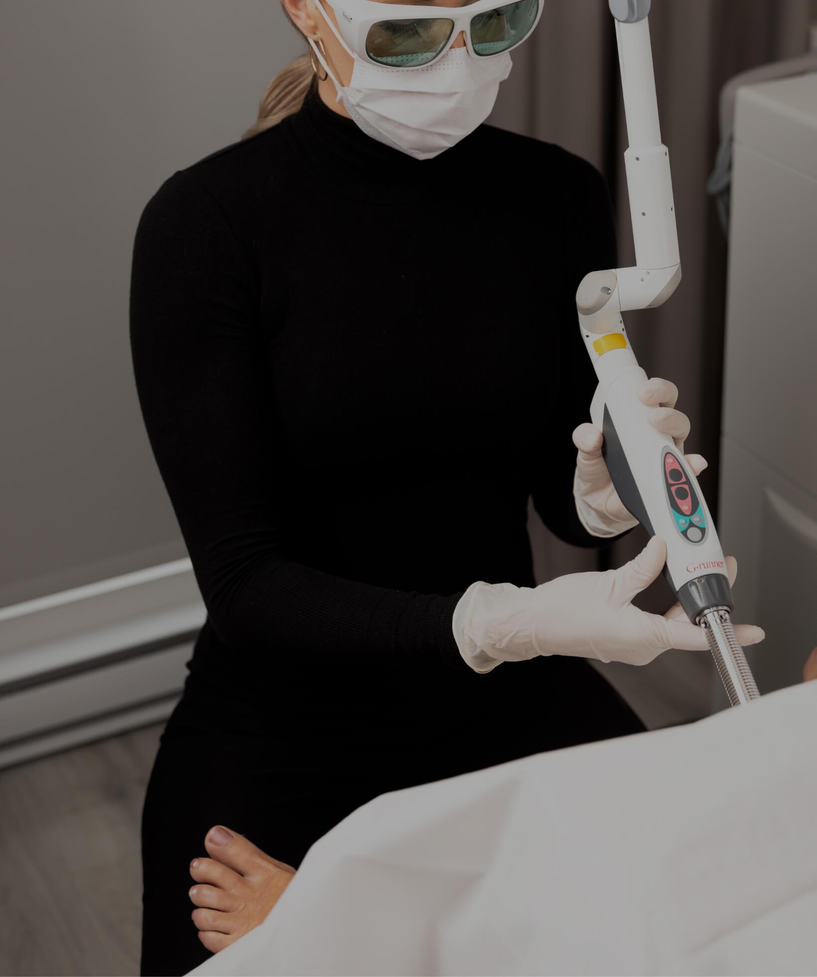 Une infirmière de la Clinique Chloé insérant l'embout à usage unique du laser IntimaLase dans le vagin de sa patiente