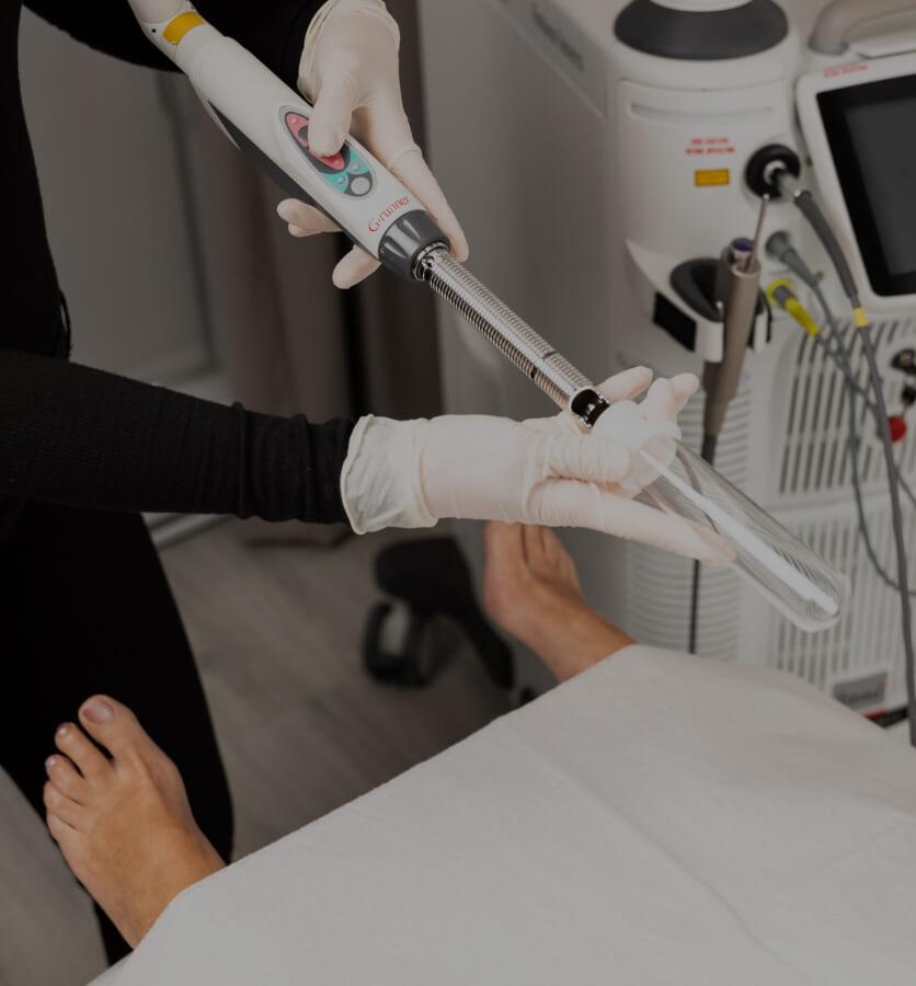 Une infirmière de la Clinique Chloé se préparant à commencer le traitement laser IntimaLase sur une patiente devant elle