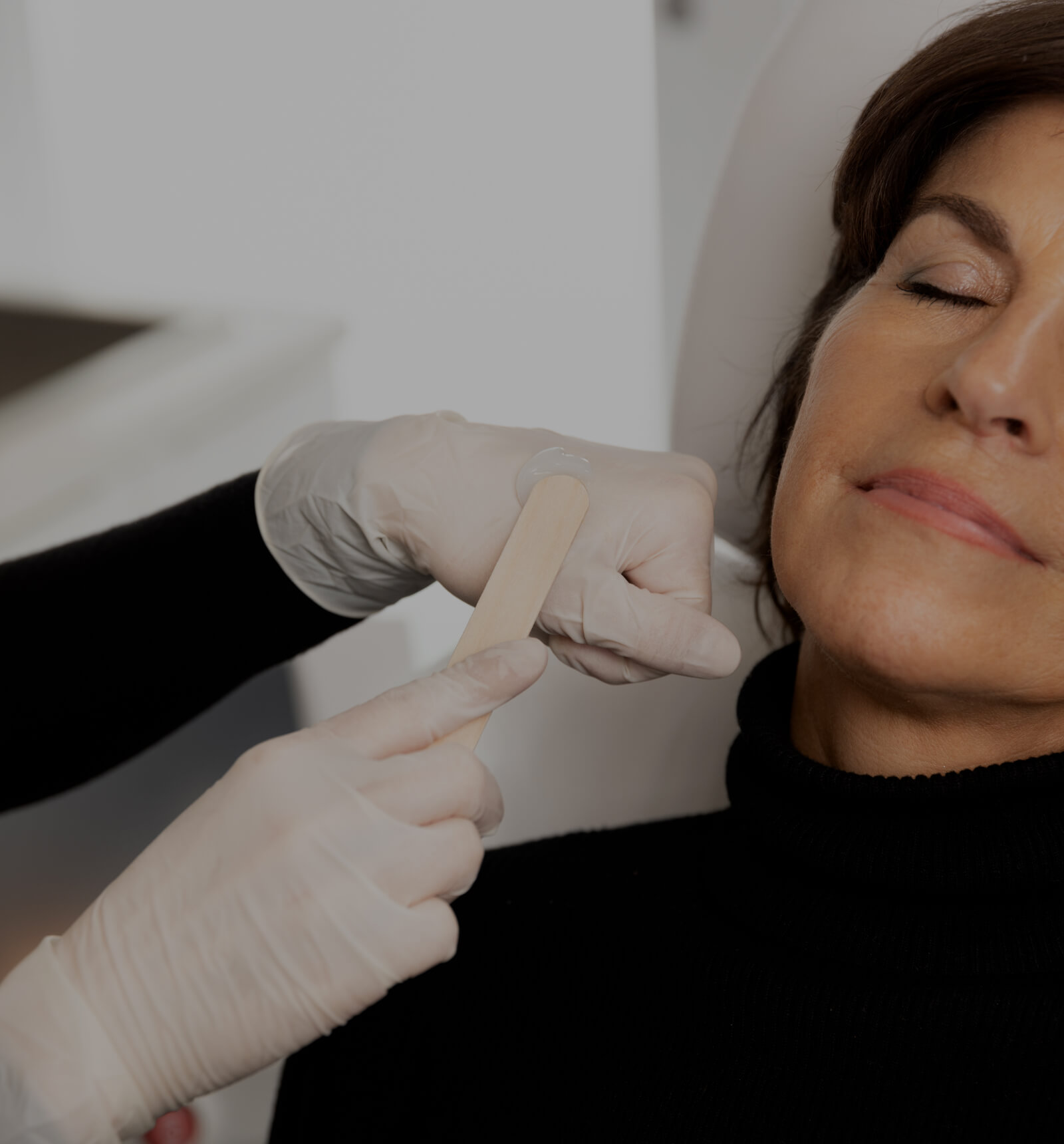 A medico-aesthetic technician from Clinique Chloé applying gel to the face of a patient before an IPL treatment
