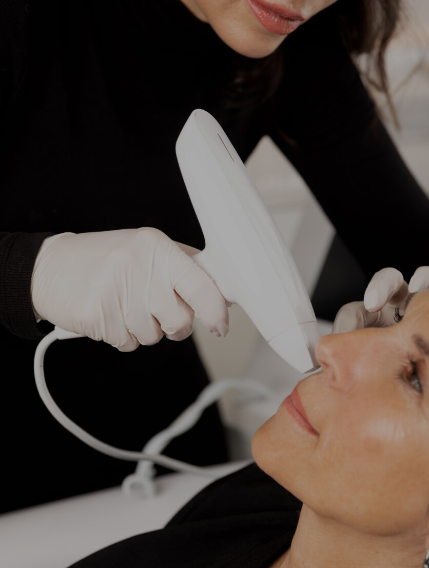 Une technicienne médico-esthétique à la Clinique Chloé traitant une patiente avec l'appareil de radiofréquence fractionnée Venus Viva