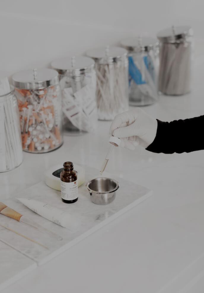 Une technicienne médico-esthétique de la Clinique Chloé préparant les produits nécessaires pour faire un peeling chimique