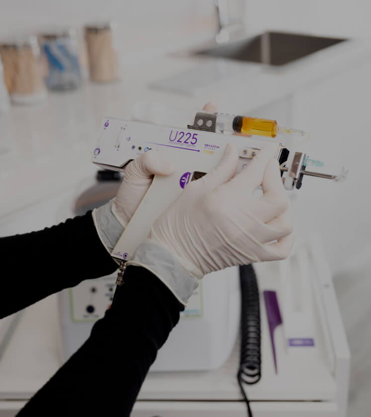 A nurse from Clinique Chloé preparing the device used during a platelet-rich plasma treatment