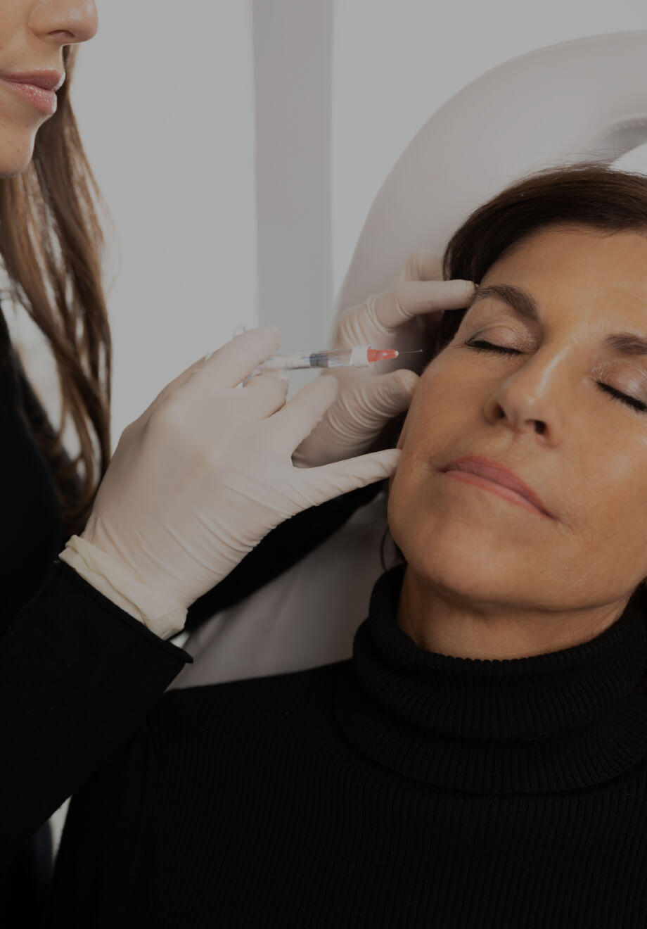 A doctor at Clinique Chloé doing Skinboosters injections into a patient's face