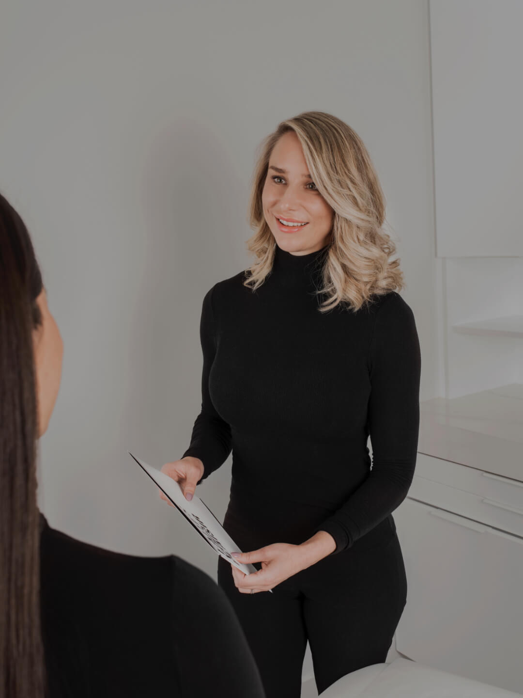 Nurse Marilyn Leduc in a consultation with a patient at Clinique Chloé