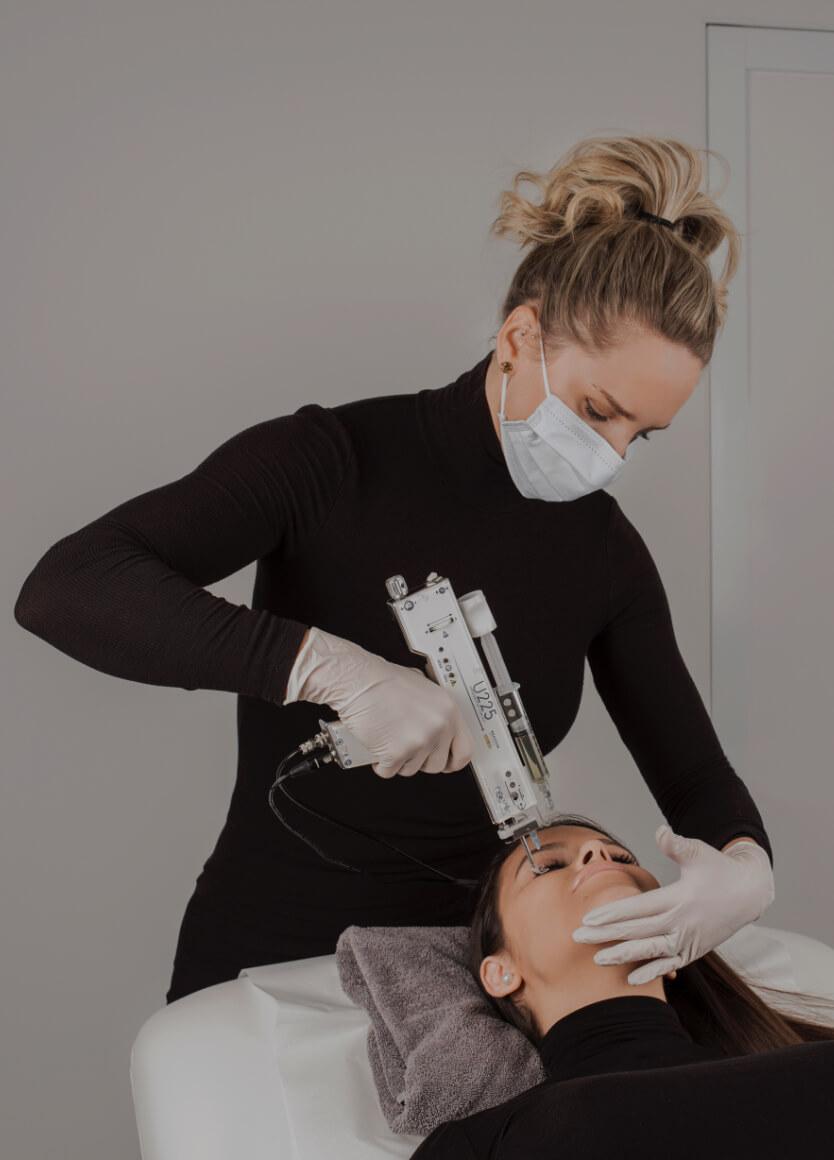 Marilyn Leduc, infirmière, faisant un traitement de PRP à une patiente à la Clinique Chloé